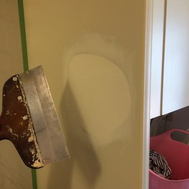 キッチンパネル穴補修途中 穴埋め