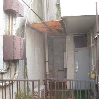 ビル塗装工事前 入り口付近