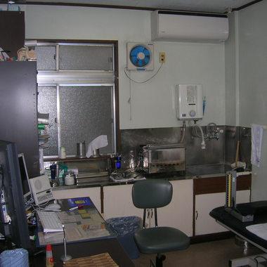 既存の産婦人科の診療を継続しながら工事を順に分けて耐震補強工事も同時にリニューアルした事例の施工前写真(1枚目)