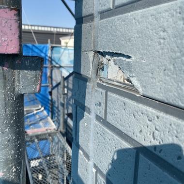 リフォーム他社様が足場材で破損してしまった外壁(サイディング)を補修しました。の施工前写真(1枚目)