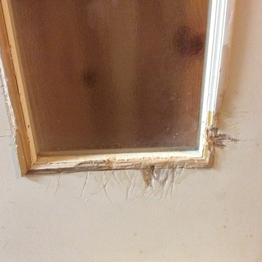ワンちゃんがかじってしまった室内ドアのリペアの施工前写真(1枚目)