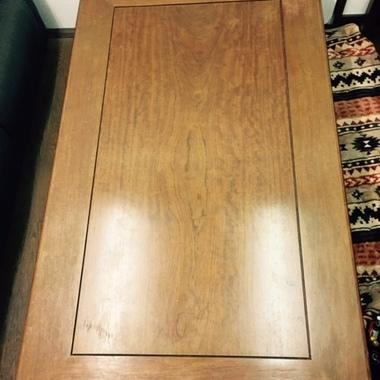 長年ご愛用の座卓をなんとか綺麗にできないか・・・との事で復元塗装を実施しました。の施工前写真(1枚目)