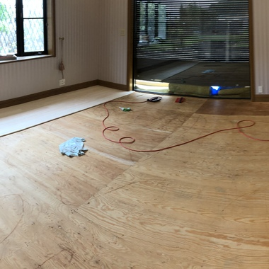 カーペットを最高の素材、奈良桧無節特上床材で張り替え工事の施工前写真(1枚目)