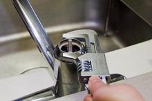 自分で蛇口の水漏れを修理する方法をお教えします! 費用相場も解説