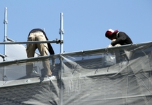 屋根塗装には何を使えばいい?塗料の種類と選び方