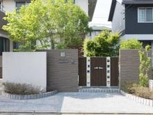 住宅との調和を考えた、門扉の色の選び方