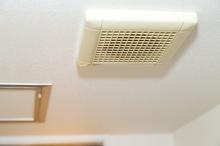 浴室乾燥機の臭いの原因と対処法