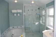 ガラス張りのお風呂にするメリット・デメリット 費用相場や商品もご紹介
