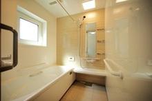 お風呂場に手すりがある場合の費用は? 介護保険利用の方法も解説