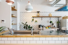 キッチンの壁にタイルがおすすめな理由とは? DIYの注意点も解説