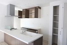 パントリーの設置でキッチンの収納を解決!設置するときの注意点は?