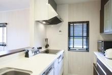 大理石のキッチンの天板が割れたら修理できる? DIYや費用も解説